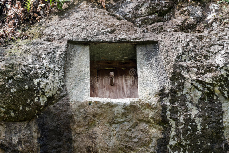 El sepulcro tradicional de la cueva talló en la roca en Lemo Tana Toraja, Sulawesi del sur, Indonesia imagenes de archivo