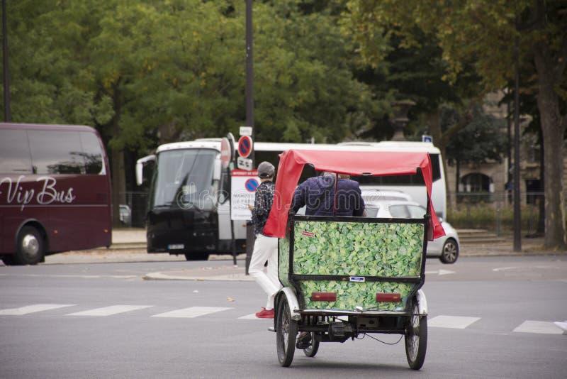 El servicio biking del uso de los viajeros del carrito de la bicicleta de la gente que espera francesa viaja alrededor de la ciud imágenes de archivo libres de regalías