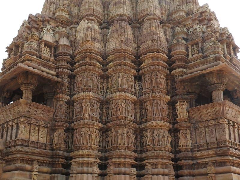 El sexo presenta del kamasutra, cierre er?tico - para arriba de escenas talladas complejas en las paredes de templos hind?es en e imagen de archivo libre de regalías
