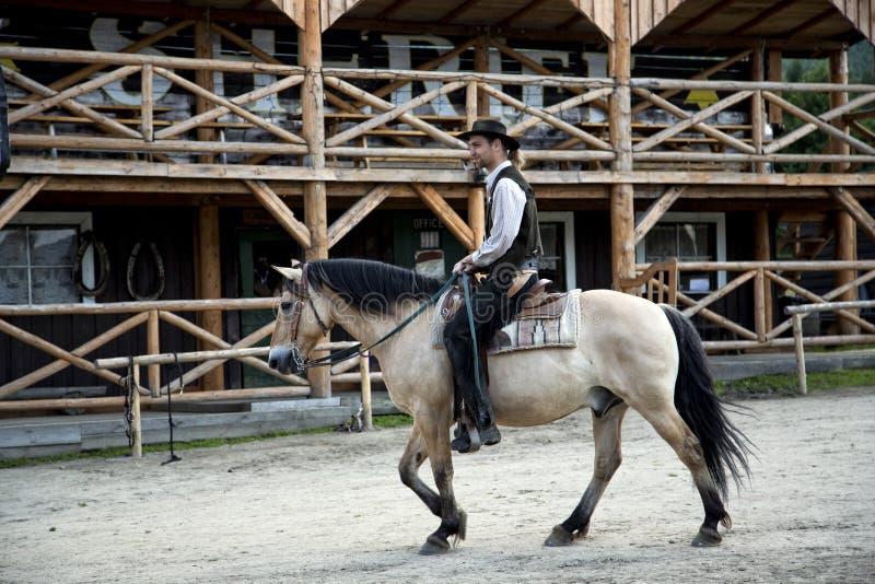 El sheriff en un lomo de caballo fotografía de archivo