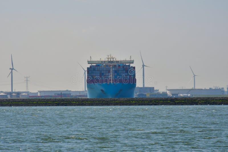 El shipr del envase sale del puerto imagen de archivo