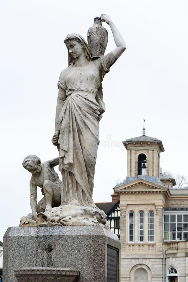 El Shrubsole conmemorativo, la estatua de mármol de la mujer dedicó a Henry Shrubsole, el alcalde anterior de Kingston que murió  foto de archivo libre de regalías
