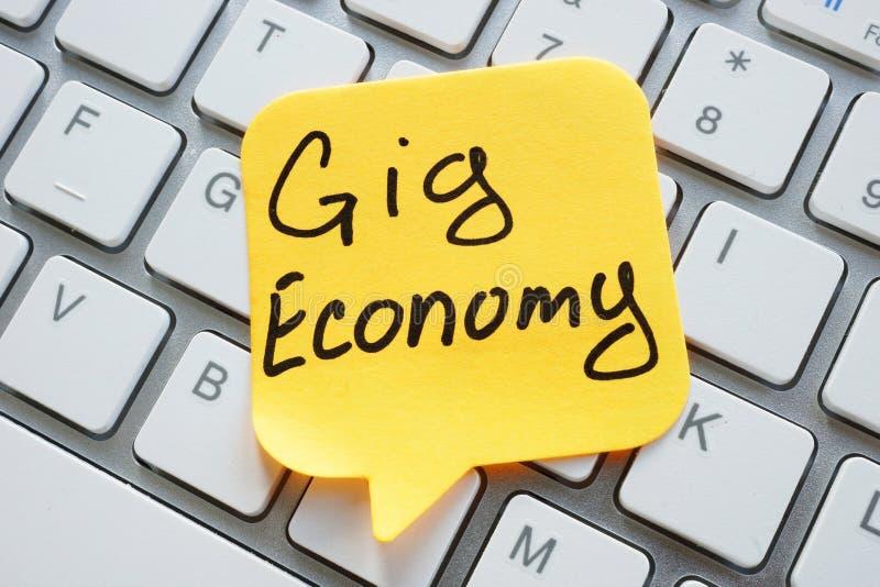 El signo de Economía Gig en la hoja y el teclado fotos de archivo libres de regalías