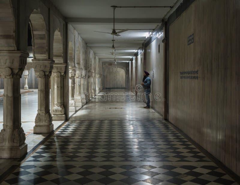 El sikh solo en la galería del templo imagenes de archivo
