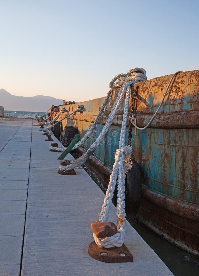 El sisal viejo ropes en un barco de carga rústico viejo en el puerto imagenes de archivo