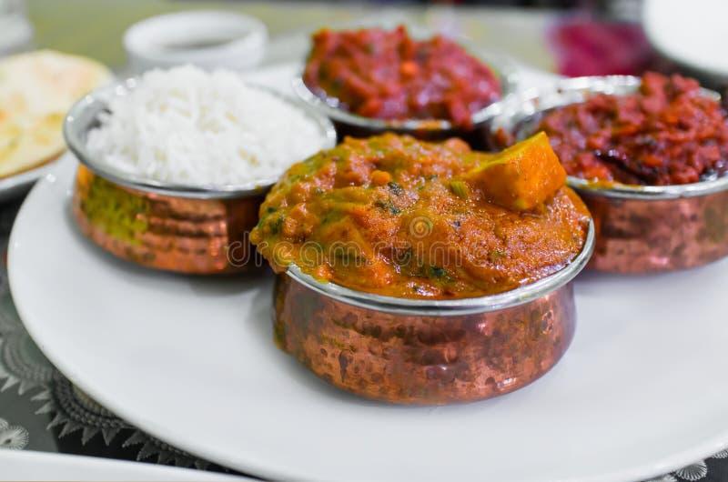 El sistema de almuerzo indio del plato incluyendo masala del pollo curte y arroz foto de archivo libre de regalías