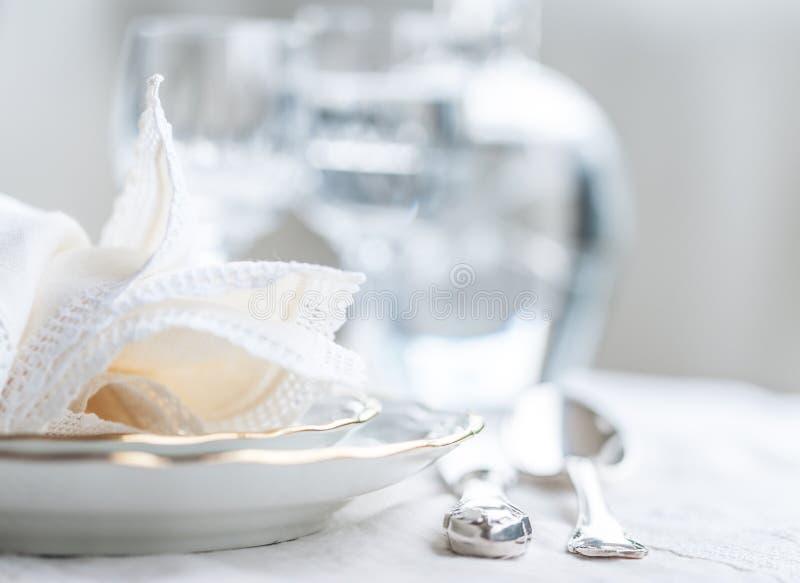 El sistema de cena de Luxyry arregló en una tabla con tableclo del cordón del vintage imagenes de archivo