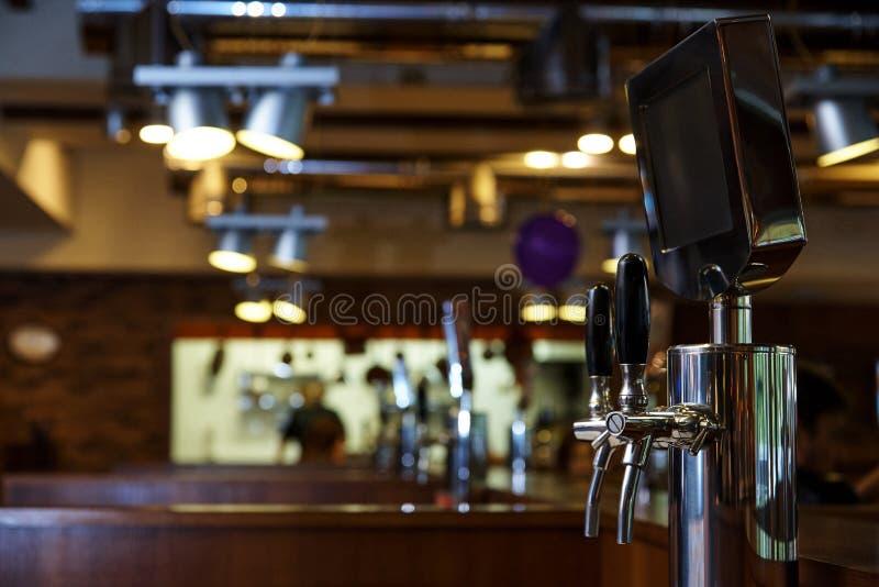 El sistema de cerveza embotelladoa en la tabla de clientes imagenes de archivo