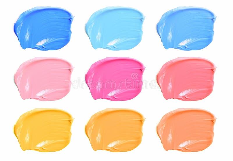 El sistema de compone el lápiz labial de las manchas del color aislado en el fondo blanco imágenes de archivo libres de regalías
