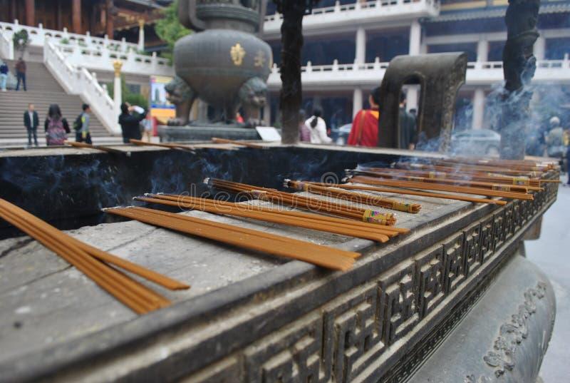 El sistema de incents en el templo fijó 4 imagenes de archivo