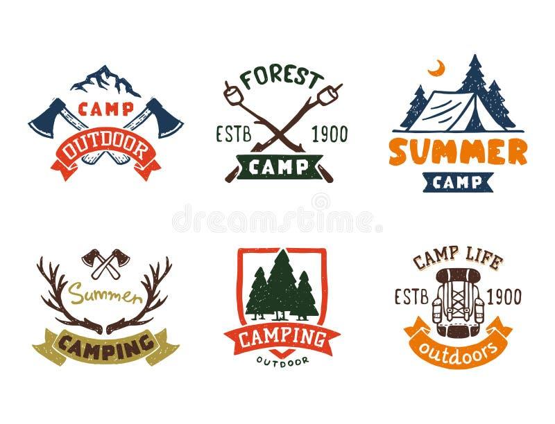 El sistema de insignias del campo de maderas del vintage y el logotipo del viaje dan a campo exhausto de la montaña de la natural ilustración del vector