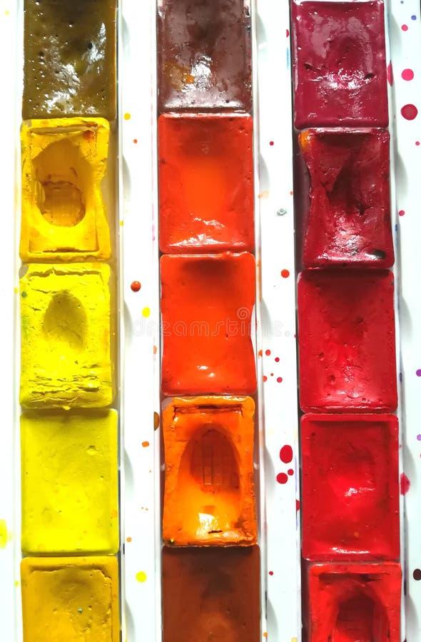 El sistema de la paleta de la pintura de la acuarela pinta colores caja del arte De nuevo a escuela imagen de archivo