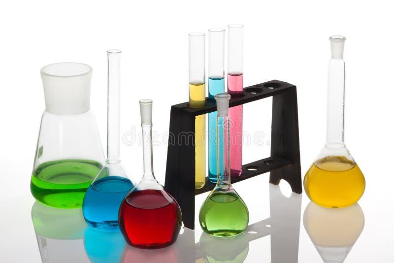 El sistema de la química con los tubos de ensayo y los cubiletes llenó de multicolo fotos de archivo libres de regalías