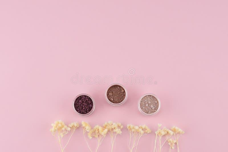 El sistema de la sombra de ojos del brillo adorna con las flores secadas blanco fotos de archivo libres de regalías