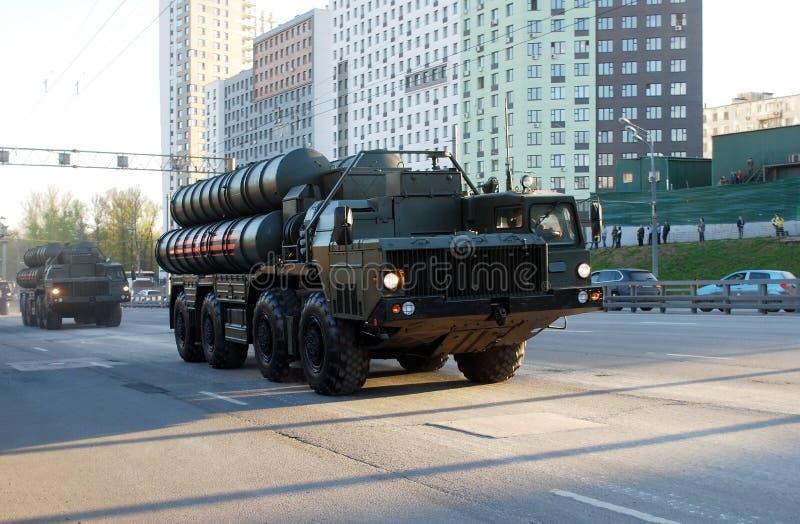 El sistema de misiles soviético ruso del misil del suelo al aire S-300 va en la calle de Narodnogo Opolcheniya imagen de archivo