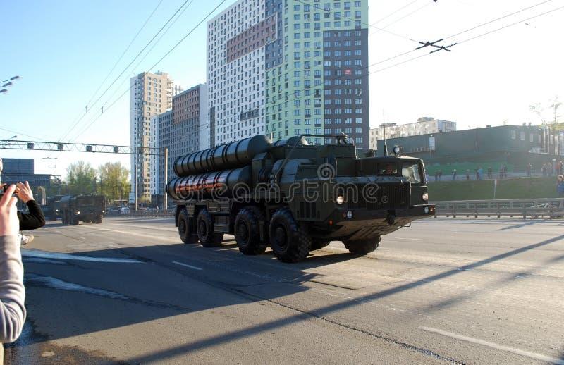 El sistema de misiles soviético ruso del misil del suelo al aire S-300 va en la calle de Narodnogo Opolcheniya fotos de archivo