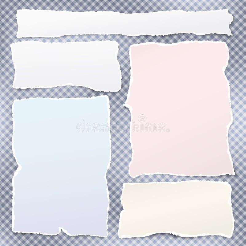 El sistema de tiras de papel rasgadas coloridas, el papel de nota rasgado para el texto o el mensaje están en fondo ajustado azul ilustración del vector