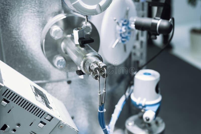 El sistema de tubería fina, de sensores y de diversos reguladores Sistema de control del equipo del gas foto de archivo