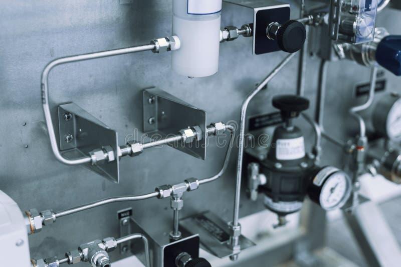 El sistema de tuber?a fina, de sensores y de diversos reguladores Sistema de control del equipo del gas imágenes de archivo libres de regalías