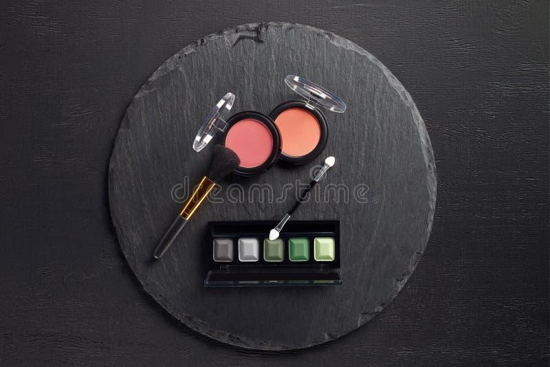 El sistema del maquillaje con el cepillo, se ruboriza y las sombras de ojos en redondo fotos de archivo libres de regalías