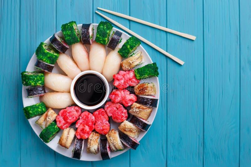 El sistema delicioso colorido del sushi sirvió en la placa y chopstic imágenes de archivo libres de regalías