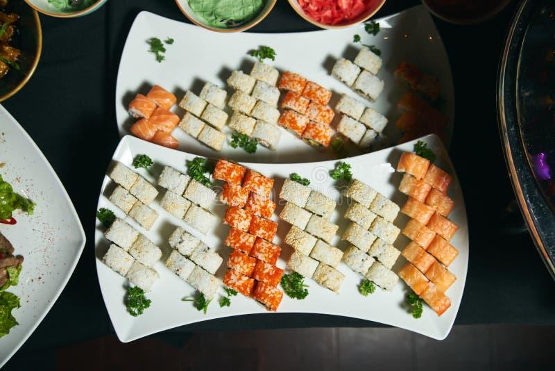 El sistema fresco y delicioso del sushi sirvió en la bandeja blanca imagen de archivo libre de regalías