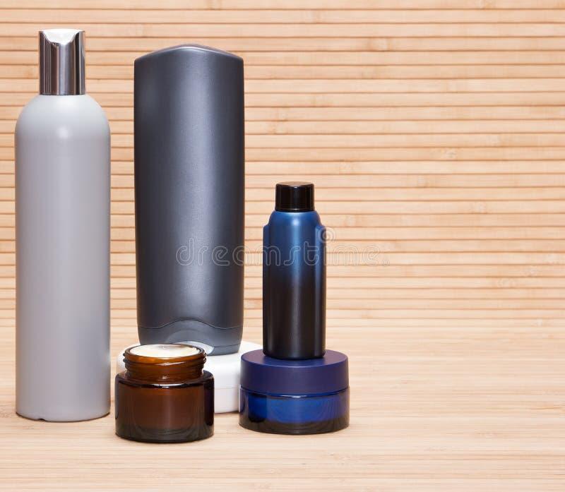 El sistema lacónico de piel y el cuerpo cuidan los cosméticos para los hombres fotografía de archivo libre de regalías