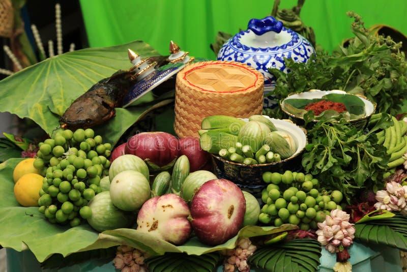 El sistema sano tailandés de la comida asó a la parrilla la goma picante del chile de los pescados con las verduras frescas fotos de archivo libres de regalías