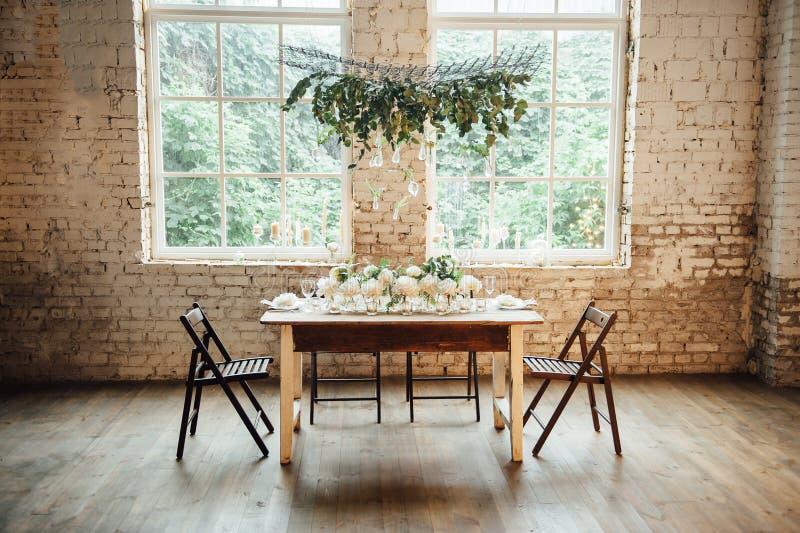 El sitio de la boda adornó estilo del desván con una tabla y los accesorios imagen de archivo
