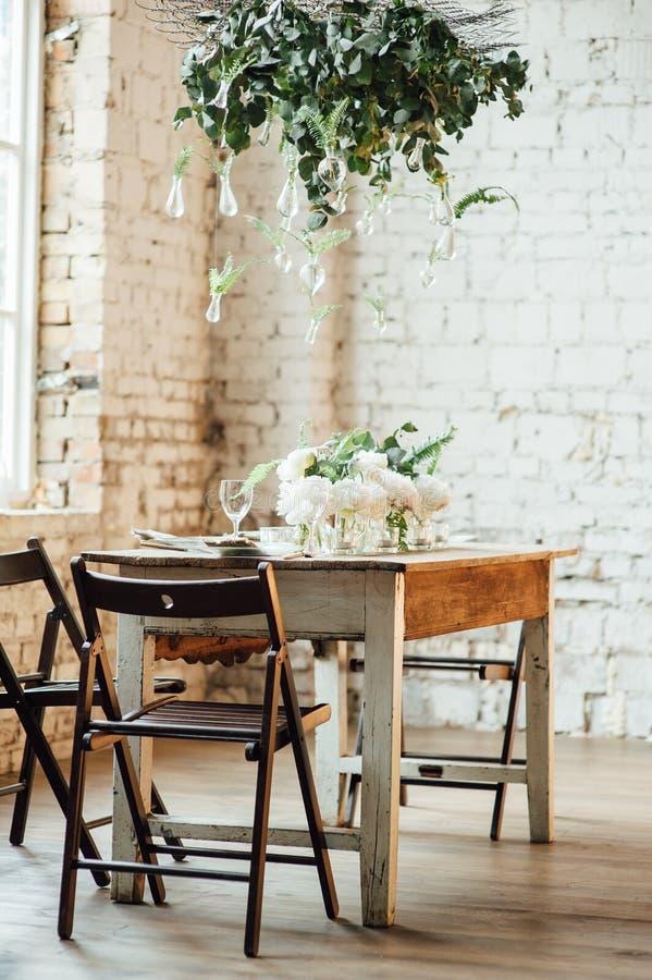 El sitio de la boda adornó estilo del desván con una tabla y los accesorios fotografía de archivo libre de regalías