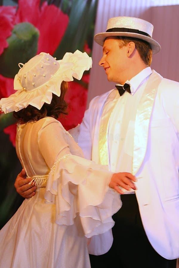El sitio de la música y de la danza con tema retro se realizó por los actores de la compañía del teatro de variedades de St Peter fotografía de archivo