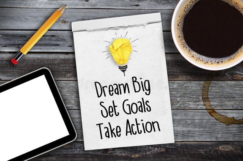 El Sketchbook con metas grandes, determinadas ideales, toma medidas en un escritorio de madera con café, la pluma y la tableta foto de archivo