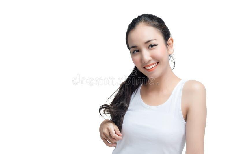 El skinface asiático atractivo del cuidado de piel de la mujer que sonríe no compone, cosmético puro aislado en el tiro blanco de fotos de archivo libres de regalías