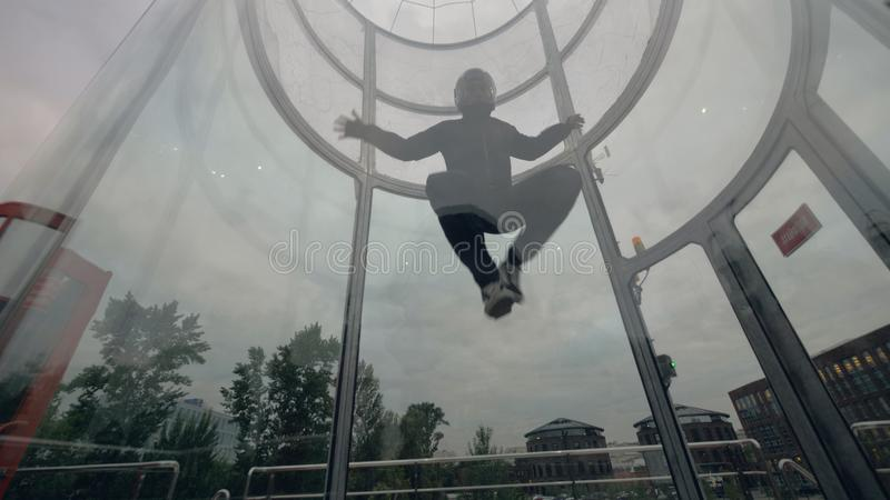 El skydiver del hombre vuela en túnel de viento El volar en un túnel de viento Deportes extremos fotografía de archivo libre de regalías