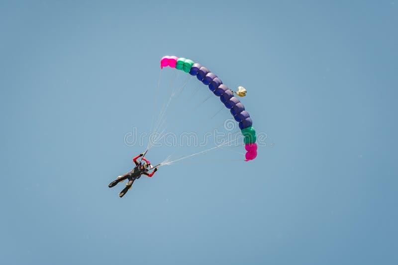 El Skydiver viene abajo del cielo en un ala flexible Aterrizaje del paracaidista fotos de archivo
