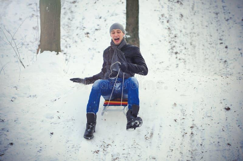 El sledding del hombre joven imágenes de archivo libres de regalías
