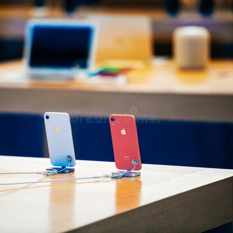 El smartphone de IPhone Xr por los Apple Computer pone en marcha el color coralino foto de archivo libre de regalías