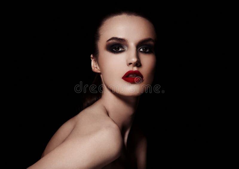 El smokey de la belleza observa el modelo de moda rojo del maquillaje de los labios imagen de archivo