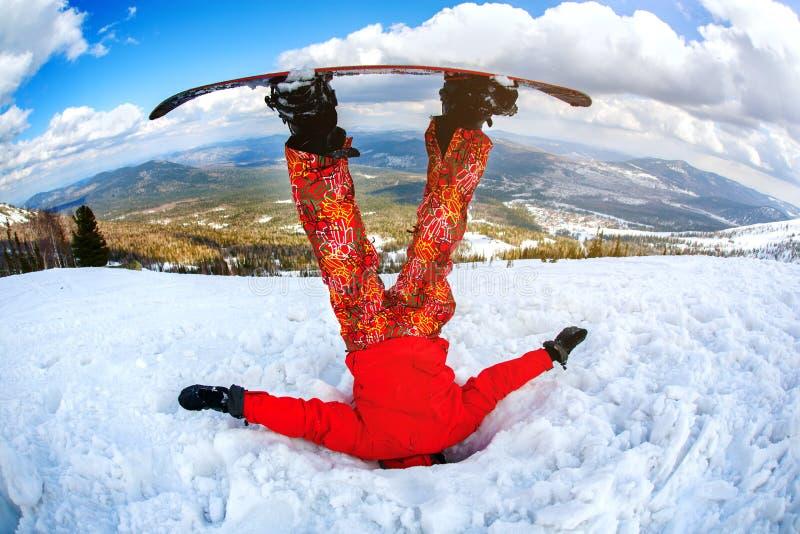 El snowboarder consiguió pegado en la nieve acumulada por la ventisca fotos de archivo libres de regalías