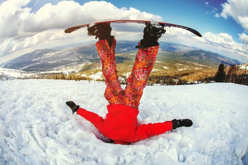 El snowboarder consiguió pegado en la nieve acumulada por la ventisca fotos de archivo