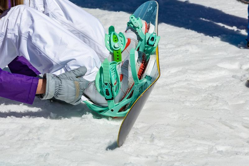 El snowboarder de sexo femenino lleva el equipo de la snowboard foto de archivo libre de regalías
