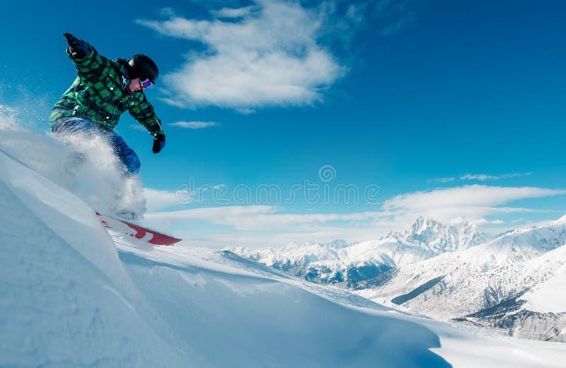 El Snowboarder está saltando con la snowboard imagenes de archivo