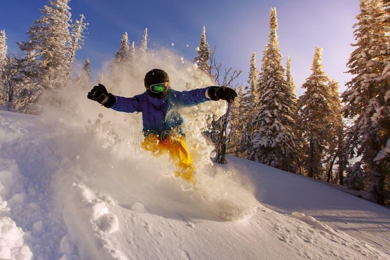 El Snowboarder que hace un lado del dedo del pie talla fotos de archivo