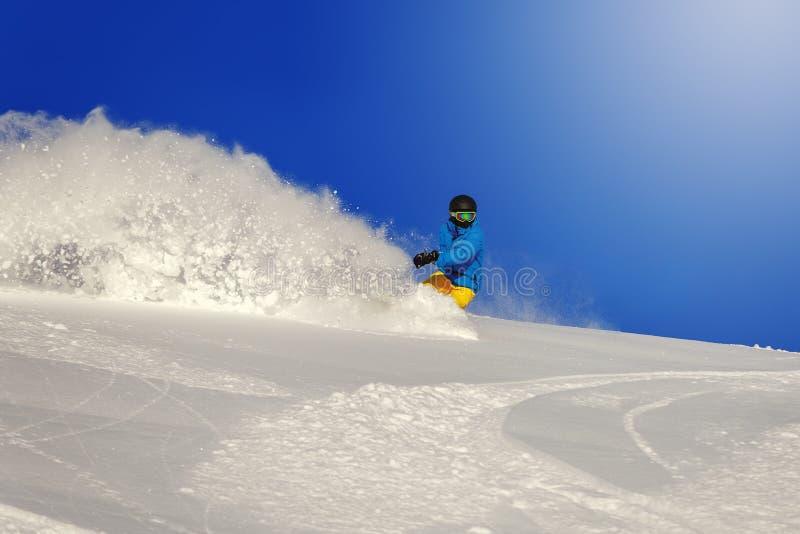 El Snowboarder que hace un lado del dedo del pie talla imagen de archivo libre de regalías