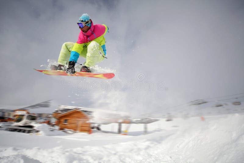 El Snowboarder que salta arriba fotografía de archivo