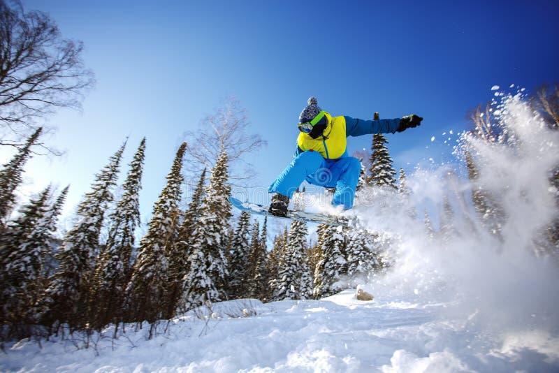 El Snowboarder que salta del trampolín contra el cielo fotografía de archivo libre de regalías