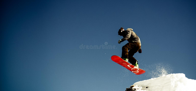 El Snowboarder salta fotos de archivo libres de regalías