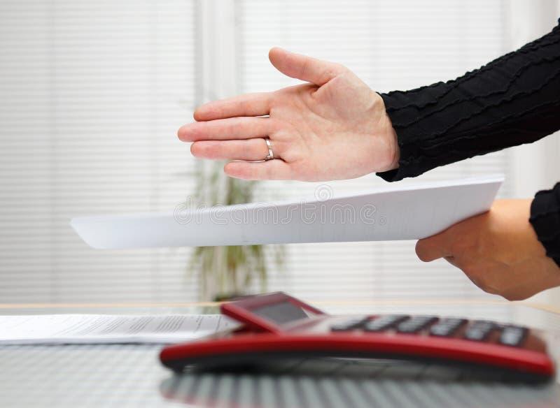 El socio comercial está ofreciendo la documentación del contrato para firmar el afte imágenes de archivo libres de regalías