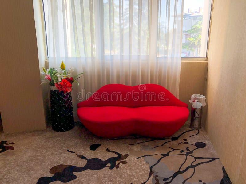 El sofá con los labios rojos forma fotos de archivo libres de regalías