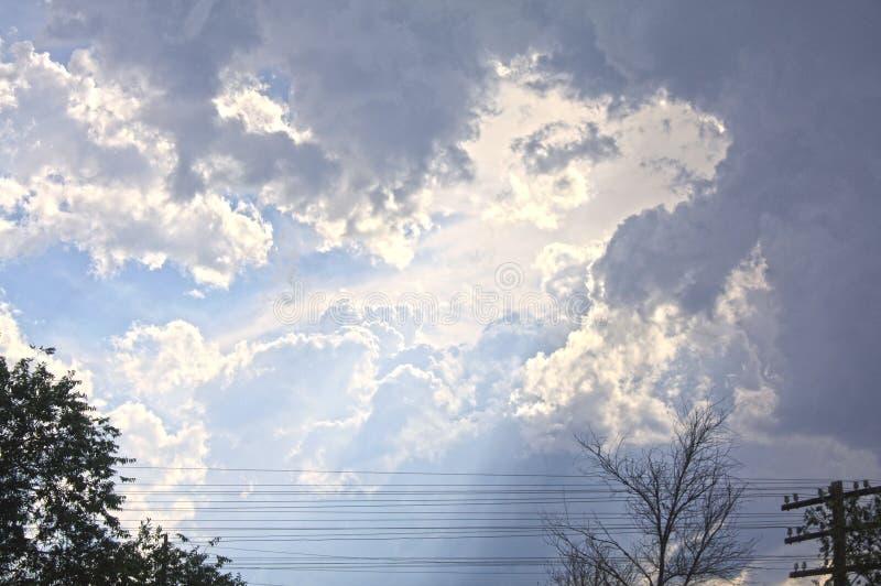 El sol brilla a través de las nubes imagenes de archivo